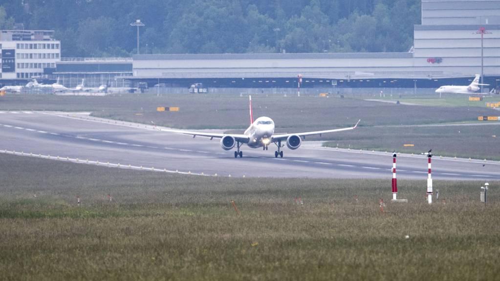 Der Betrieb auf dem Zürcher Flughafen soll pünktlicher und sicherer werden. Im Bild eine Maschine beim Start auf der Piste 14/32, die 280 Meter verlängert werden soll.