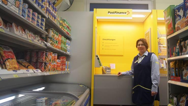 Volg-Filialleiterin Barbara Christen unterstützt in Zukunft ihre Kunden auch bei Post-Geschäften. kob