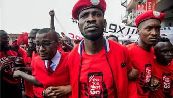 «Getto-Präsident» Robert Kyagulanyi marschiert beim Protest gegen die Social-Media-Steuer vorneweg.