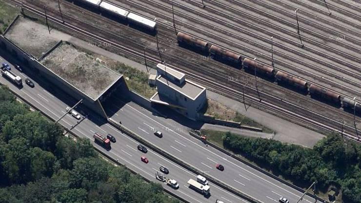 Etwa 20 Meter vor dem Tunneleingang Schweizerhalle hielt der 45-jährige unvermittelt an. (Archiv)