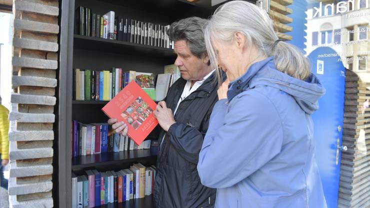 Offener Bücherschrank auf dem Marktplatz Grenchen