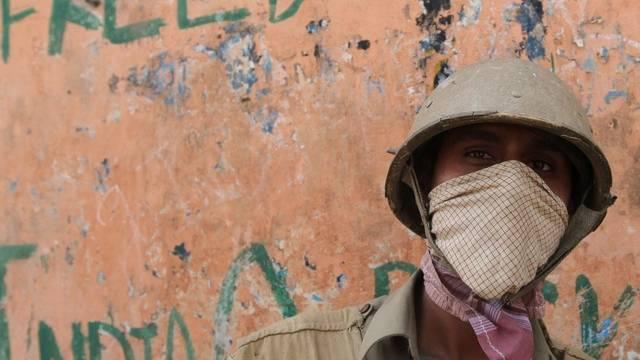 Maskierter indischer Soldat in Srinagar, Kaschmir
