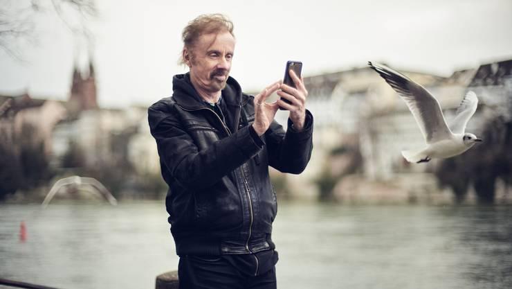 Im Rausch der Natur: Den Möwenschwarm beim Fototermin am Rheinufer fängt T. C. Boyle gleich selbst mit dem Smartphone ein.