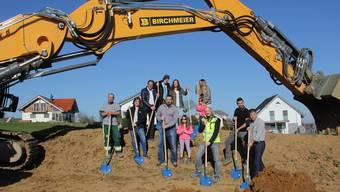Familie Suhner und Vertreter der Birchmeier Baumanagement AG beim Spatenstich.