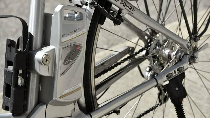 Beim Unfall wurde ein 69-jähriger E-Bike-Fahrer schwer verletzt - wenige Tage später verstarb er. (Symbolbild)