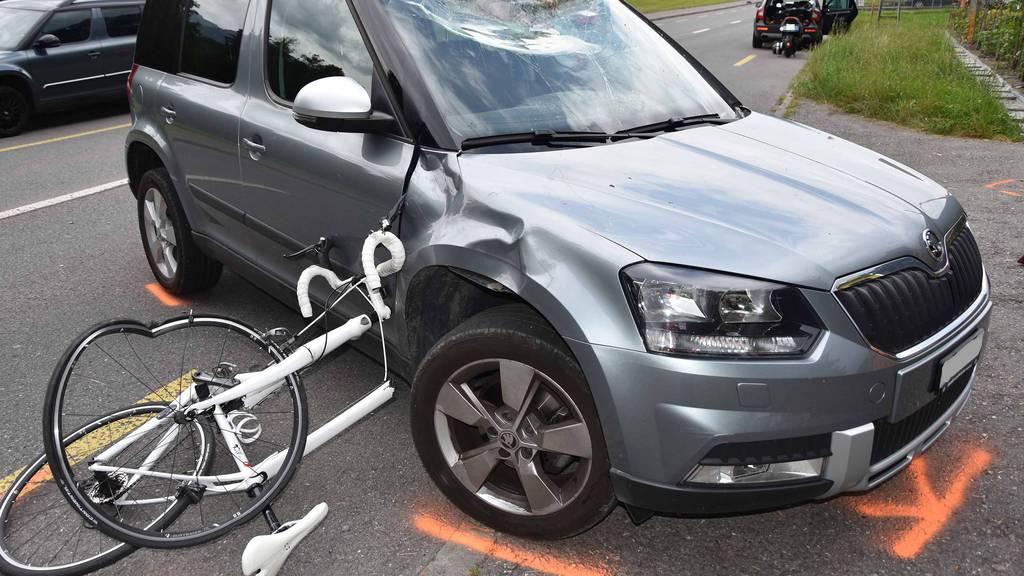 Velofahrer nach Unfall in Ennetmoos schwer verletzt