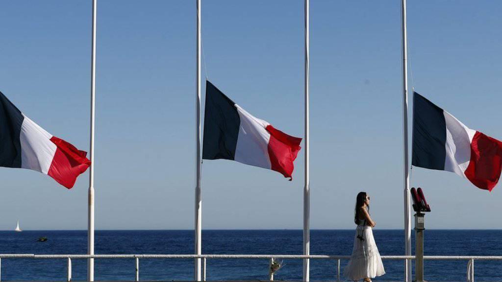 Nach dem Attentat von Nizza wehen die französischen Flaggen an der Promenade des Anglais, wo der Attentäter in eine feiernde Menge gerast war, auf Halbmast. Unterdessen wurde der Tod einer weiteren Person aus der Schweiz bestätigt.