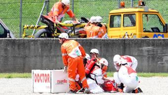 Sanitäter leisten dem verunfallten Michele Pirro Erste Hilfe