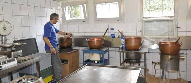 Die Rahmtääfeli-Masse wird in mehreren Kesseln gleichzeitig vorbereitet