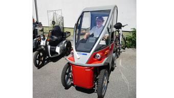 Eine Seniorin testet das Elektrofahrzeug «Kyburz plus»