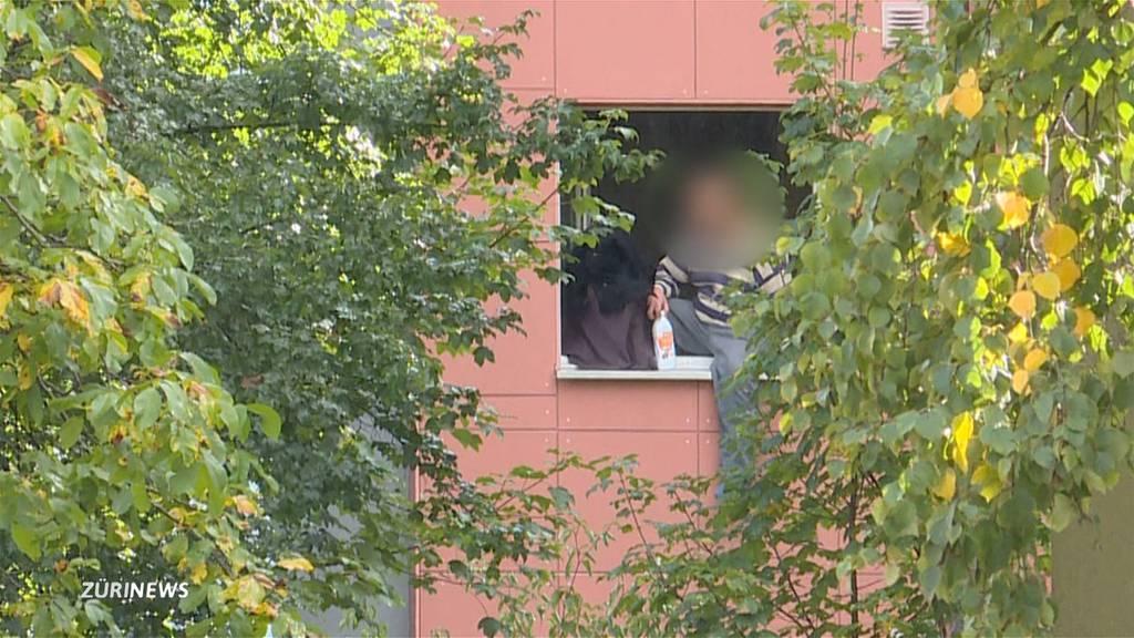 Mann droht sein Kind vom Balkon zu werfen
