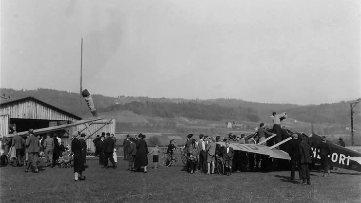 An den Wochenenden zog es immer wieder viele Schaulustige auf das Flugfeld in Spreitenbach, wie auf diesem undatierten Foto.