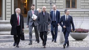 Staatssekretär Roberto Balzaretti (2. von links) mit den Bundesräten Maurer, Berset und Cassis auf dem Weg zur mit Spannung erwarteten Medienkonferenz zum Rahmenabkommen.
