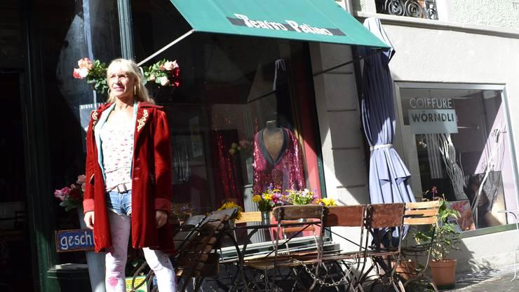 Die Künstlerin Stella Palino vor der «Unvermeidbar»: In der Rathausgasse wird am Samstag die Theatersaison eröffnet. stefanie Suter