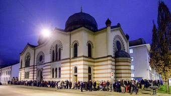 Zeichen der Solidarität: Organisiert von den christlichen Kirchen, bildeten knapp 200 Menschen vor der Basler Synagoge eine Lichterkette.