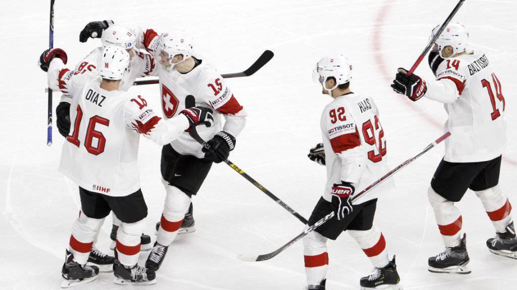 Jubel auf und neben dem Eis: Das Schweizer Nationalteam verbessert sich dank dem Einzug in den WM-Final in der Weltrangliste um eine Position auf Platz 7.