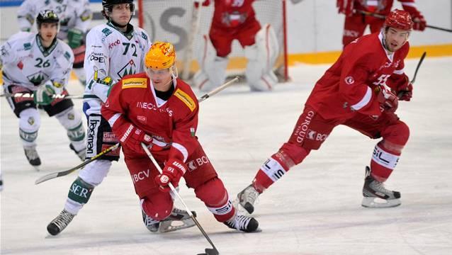 Keine Chance gegen die rote Wand: Doppeltorschütze Diego Schwarzenbach (in Weiss) kann die Lausanner nicht stoppen. Keystone