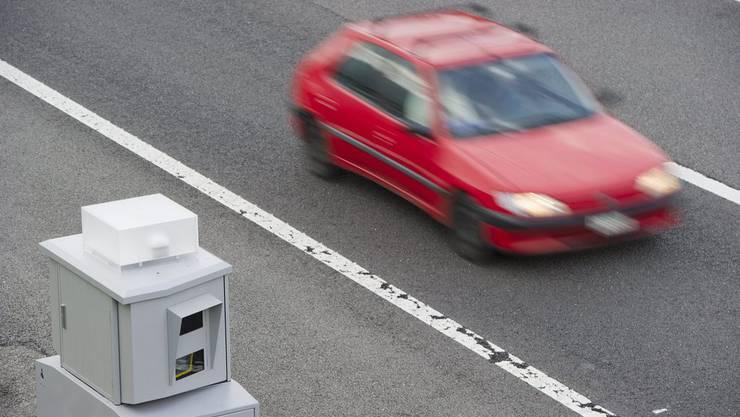 Radargerät auf einer Autobahn.