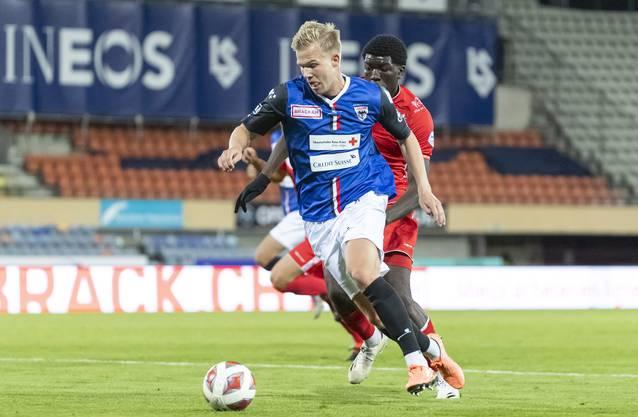 Mats Hammerich (blaues Trikot) spielte gegen Lausanne-Ouchy anstelle von Zverotic