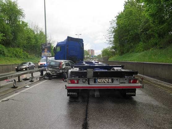 Beim Spurwechsel kollidierten die beiden. Der Sattelschlepper schleifte das Auto noch mehrere Meter mit.