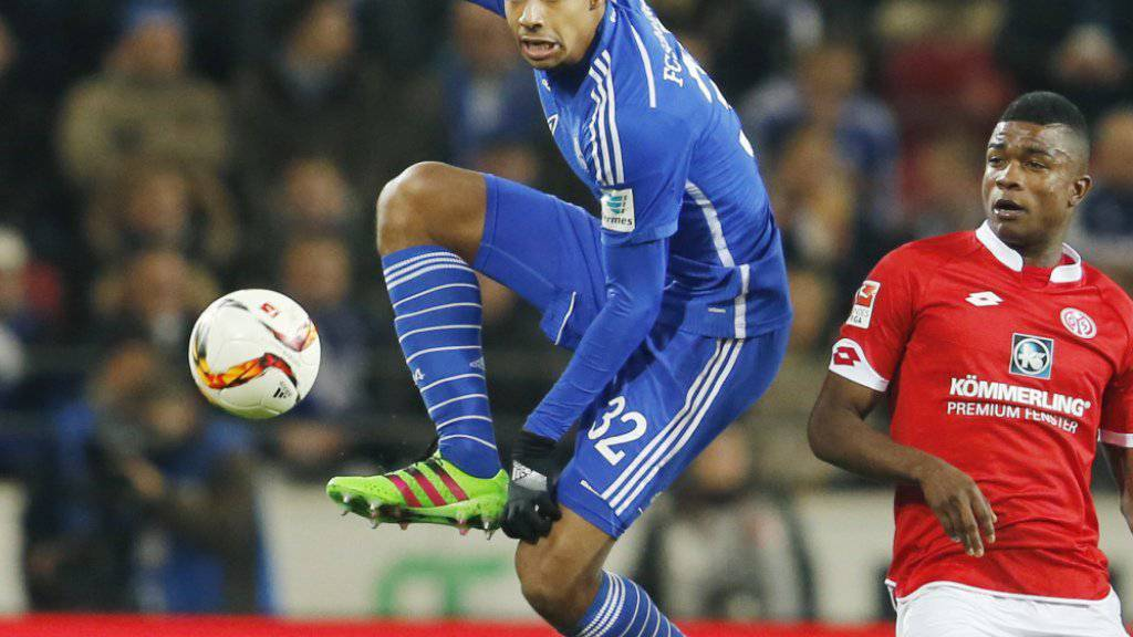 Akrobatisch: Joel Matip klärt gegen den Mainzer Henrique Sereno
