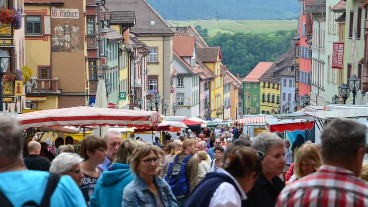 Jeden Samstagmorgen findet in Rottweil der Markt statt, wo Früchte, Gemüse, Käse, Fleisch und Blumen gekauft werden können.