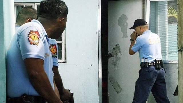 Polizisten dringen ins Haus des Täters ein