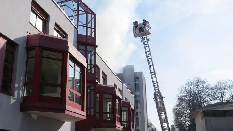 Die alarmierte Feuerwehr konnte den Brandherd in einem Abstellraum lokalisieren, der zu einer Dachwohnung gehört.