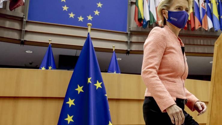 dpatopbilder - Ursula von der Leyen, Präsidentin der Europäischen Kommission, kommt ins Europäische Parlament, um während der Plenarsitzung ihre erste Rede zur Lage der Union zu halten. (RECROP) Foto: Olivier Hoslet/Pool EPA/AP/dpa