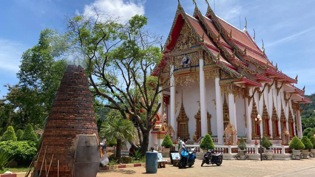 Jeden Tag Silvester: In Phukets Wat Chalong knallt es im Minutentakt