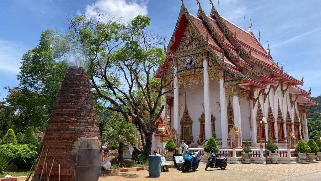 In Phukets größtem Tempel Wat Chalong werden jeden Tag Feuerwerkskörper gezündet.