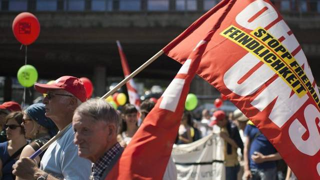 Hunderte Menschen demonstrieren in Bern gegen die Asylpolitik des Bundes