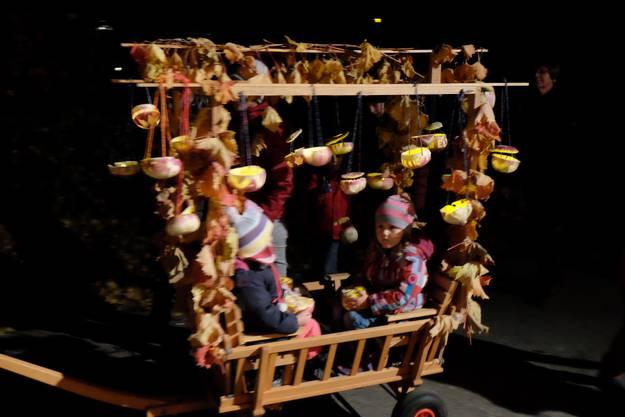 Der gemütlichste Platz vom Umzug: Mit eigenem Chauffeur wurden die Kinder im Wagen durch Weiningen kutschiert.