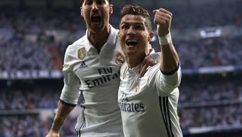 Er trifft und trifft: Cristiano Ronaldo trifft per Kopf und mit rechts und jubelt mit Sergio Ramos