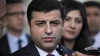 Bild aus freien Zeiten: HDP-Chef Selahattin Demirtas sitzt in der Türkei im Gefängnis. (Archivbild)