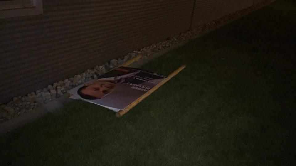 Das Plakat von Arber Bullakaj liegt am Boden.