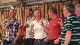 Fünf Gründungsmitglieder stossen auf den runden Geburtstag des Vereins an.