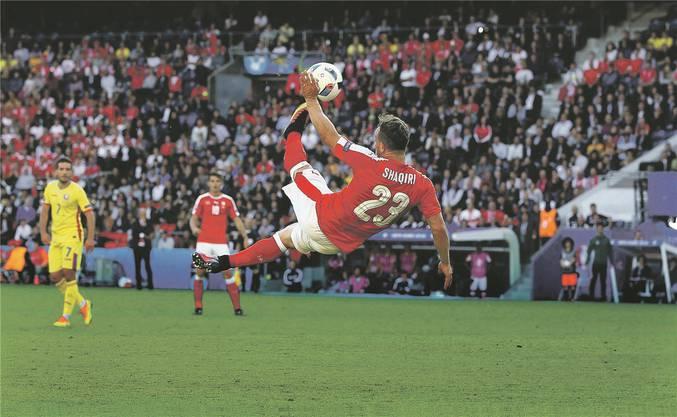 Fussball-Herz, was willst du mehr? Xherdan Shaqiri setzt zu einem spektakulären Fallrückzieher an.imago