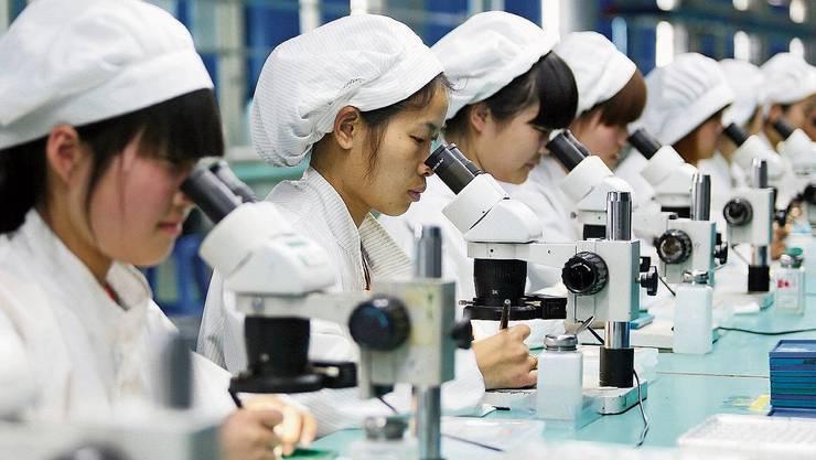 Arbeiterinnen in einem chinesischen Handy-Werk: Trump will solche Jobs in die USA verlagern.