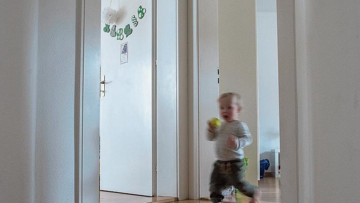 Das Haus steht Kopf: Den Schweizer Familien machen hohe Mietkosten oft zu schaffen.