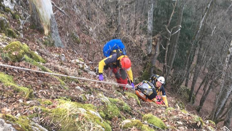 Ein Fussgänger rutschte in Erlinsbach aus und stürzte ein steiles Gelände hinab. Er konnte selbst die Polizei alarmieren.