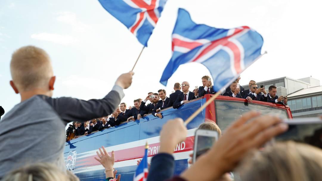 Tausende isländische Fans feiern ihre Nationalmannschaft bei der Ankunft in Reykjavik