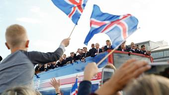 Tausende isländische Fans empfangen die Nationalmannschaft in Reykjavik