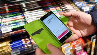 2019 führte Valora am Zürcher Hauptbahnhof kassenlose Shops ein, in denen die Kunden mit einer App bezahlen müssen.
