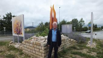 Toni Hollenstein erklärte den Besuchern anlässlich der Einweihung den künstlerischen Schmuck des Kreisels. Willi Wenger