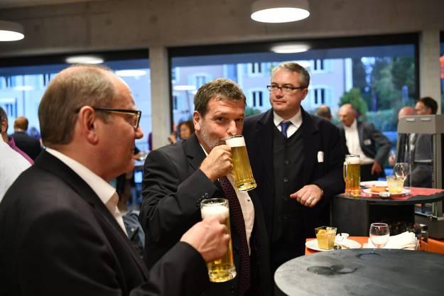 Regierungsrat Heim lässt sich das Granicum schmecken, hinten Regierungsrat Remo Ankli vorne SP-Grenchen Präsident Remo Bill