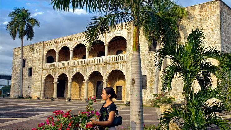Schweizer Befindlichkeit steht im Vordergrund, auch in Blickweite des kolonialen Palastes Alcazar von Santo Domingo.Alamy