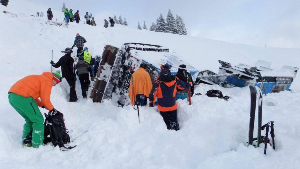 Rettungskräfte beim verunglückten Pistenfahrzeug im österreichischen Skigebiet von Saalbach. Ein Mensch wurde schwer verletzt, zehn weitere leicht.