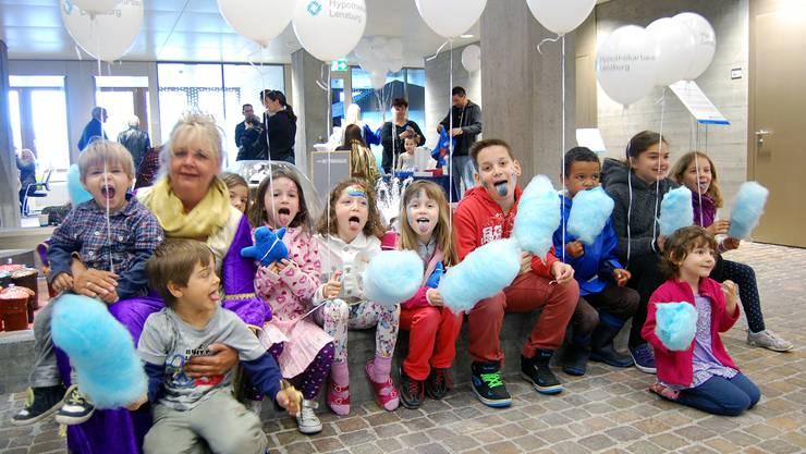 Künftige Kunden wurden mit blauer Zuckerwatte und Ballons geködert.