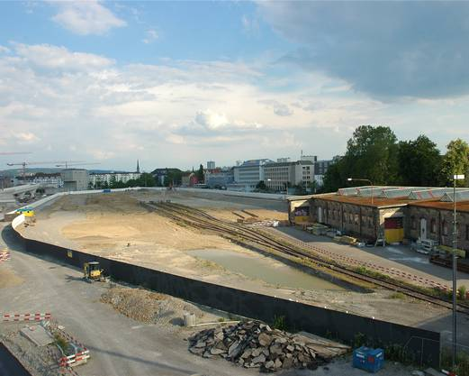 Gleise, die ins Nichts führen, und ein Tümpel auf platt gemachten Bauland auf der PJZ-Brache.